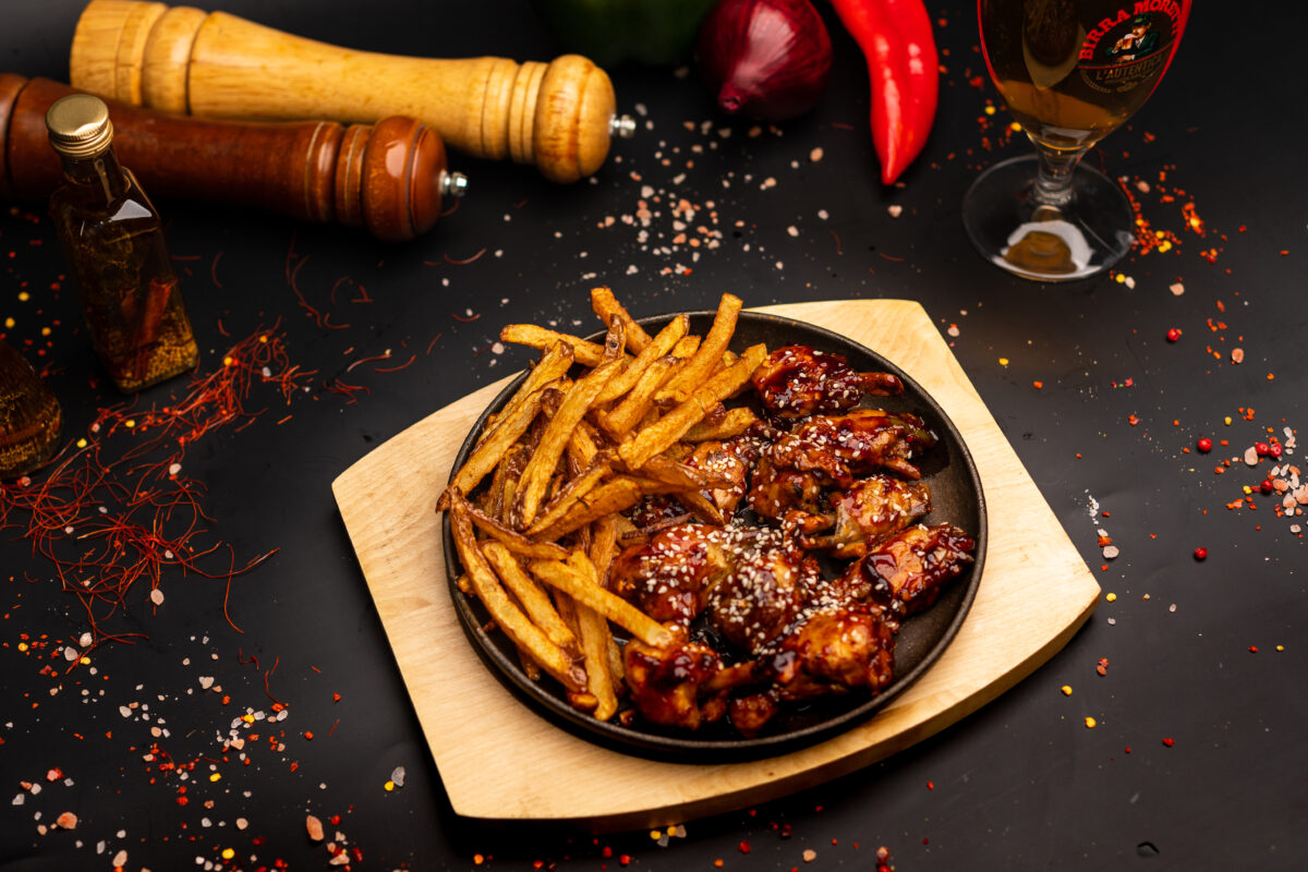 Aripioare de pui picante (10buc) & cartofi pai proaspeți – 650 gr