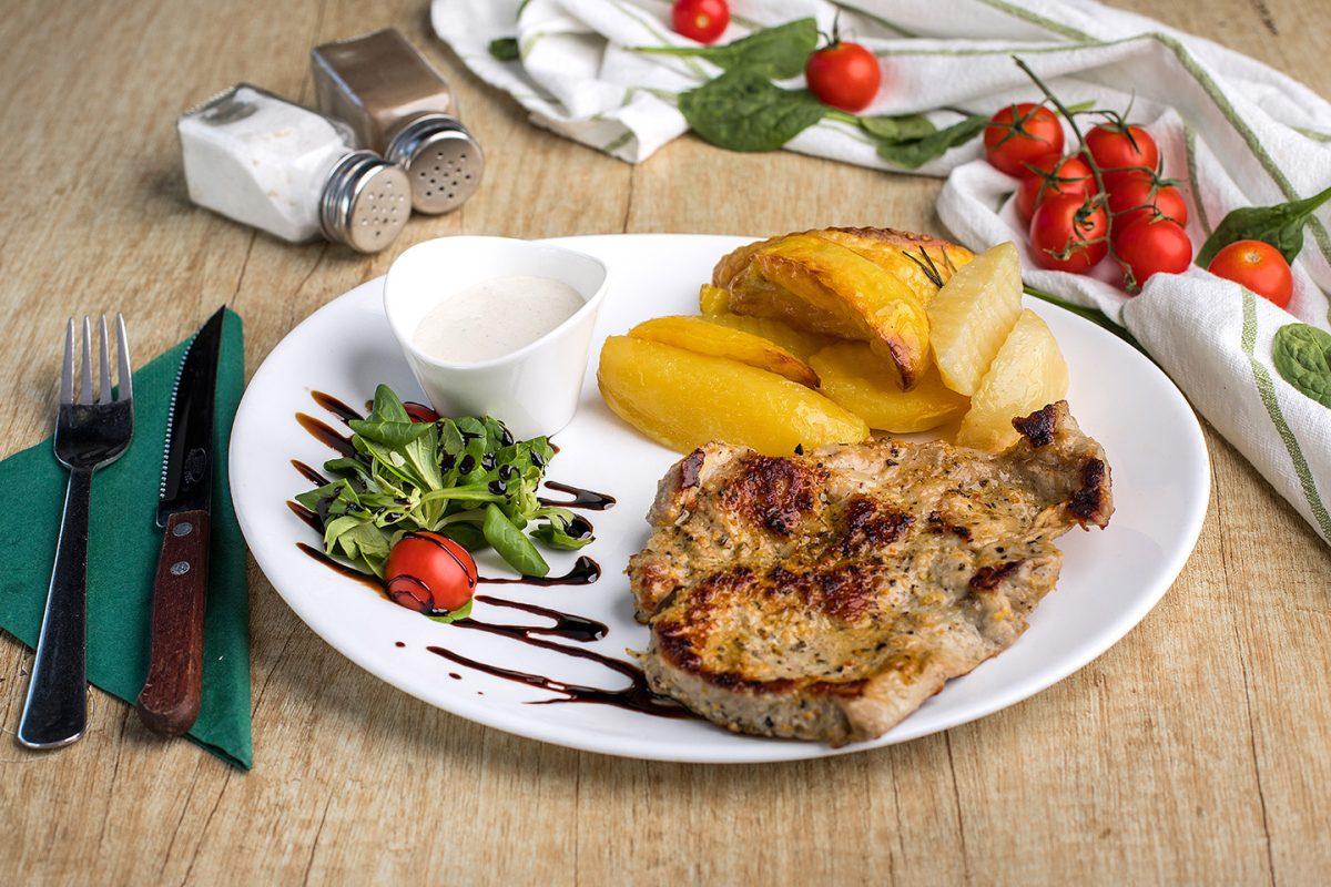 Ceafă de porc la grătar + cartofi cu rozmarin + sos