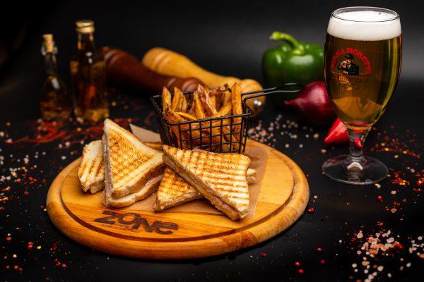 toast cu sunca si cartofi pai